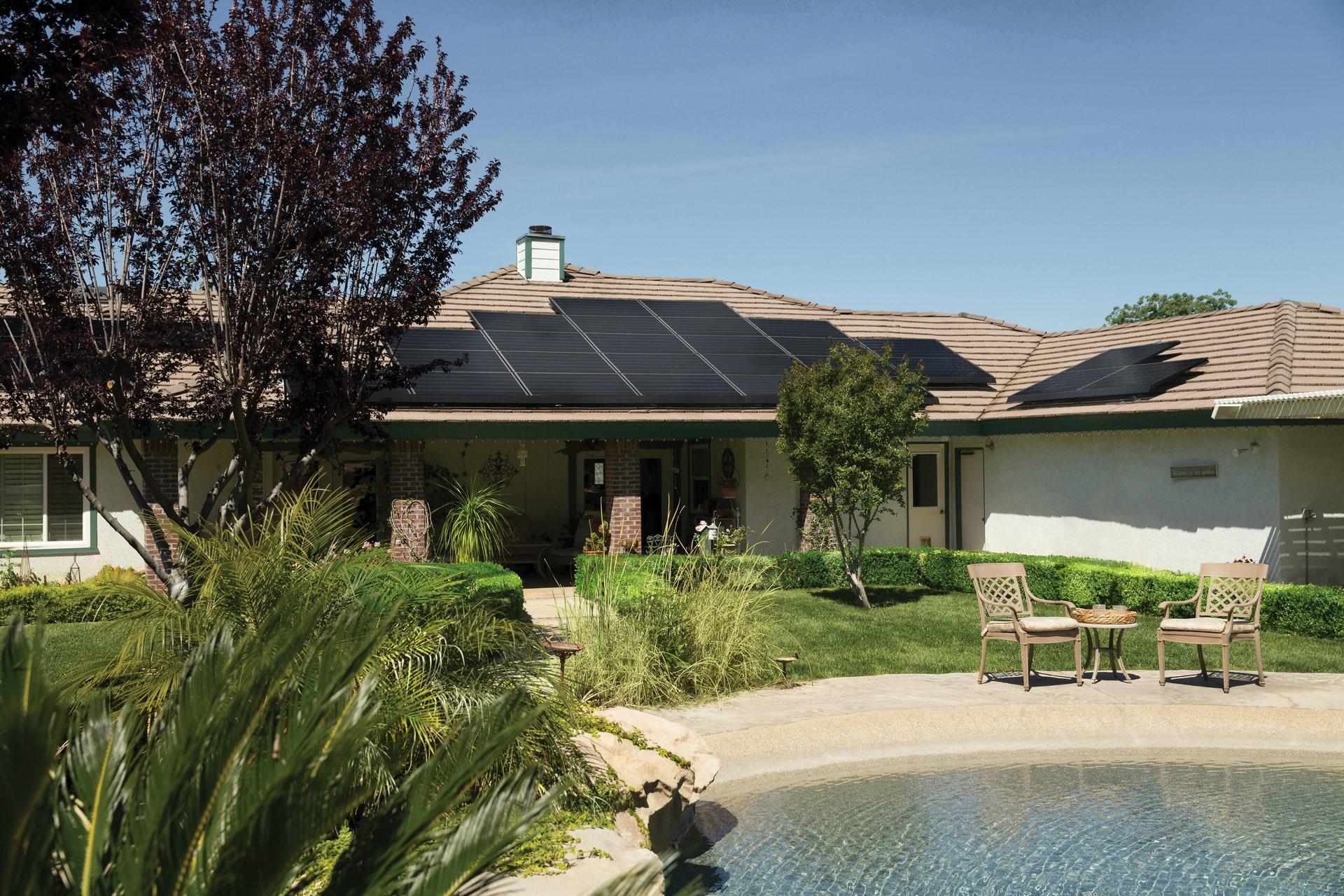 zonnepanelen huis met zwembad